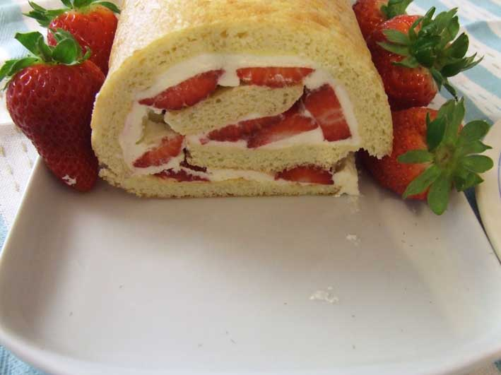 Stevia Cake Recipes Uk: Strawberry Roulade Sponge With Cream